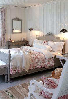 Og utedoen, den er i bruk fortsatt. Shabby Chic Master Bedroom, Pretty Bedroom, Shabby Chic Living Room, Shabby Chic Kitchen, Living Room Decor, Shabby Chic Zimmer, Wabi Sabi, French Country Bedrooms, Girl Bedroom Designs