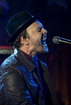 Sing it boy, sing it!!! Oh, how I would LOVE to sing with you, Gavin Degraw!!!!!