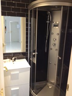 Baño del inmueble con ducha de hidromasaje