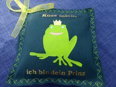 genähtes Grußkissen im Miniformat, Motiv Froschkönig mit Schriftzug Küss mich, ich bin dein Prinz und Duftnote Orient