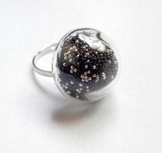 bague globe en verre petit modèle argenté microbilles noires et argentées : Bague par breloques-et-cie