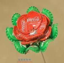 Maak een mooie bloem van flessendopjes