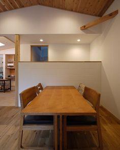森を望む家のダイニングは北欧の住まいのような空間です . 私が大好きなフィンランドの近代建築家アルヴァアアルトの住宅を建築主も好きだと教えて頂きその空間の要素をこの家に置き換えたデザインとしました窓や腰壁板張りの天井そして奥行きを感じながら空間の境界をつくるデザイン . ダイニングのCB腰壁の奥は車庫からキッチンにあがる階段です 腰壁にしているのでダイニングに奥行を感じさせます