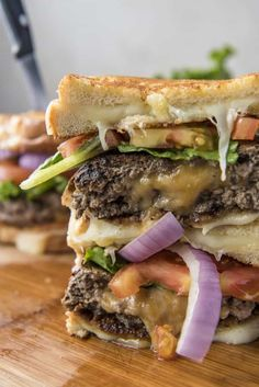 Grilled Cheese Beef and Mushroom Juicy Lucy burgers Grilled Cheese Burger, Perfect Grilled Cheese, Blue Cheese Burgers, Keto Burger, Beef Burgers, Best Burger Recipe, Sandwich Recipes, Beef Skillet Recipe, Cheeseburger Recipe