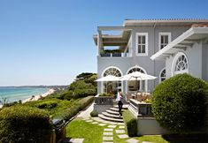 The French Rivera meets the Hamptons on Victoria's Mornington Peninsula. Exterior Color Schemes, Exterior Paint Colors, Exterior House Colors, Exterior Design, Paint Colours, Colour Schemes, Color Combinations Home, Breath Of Fresh Air, Beautiful Sites