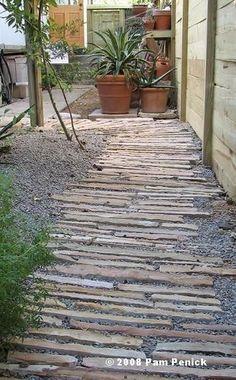 Une allée de jardin rustique en pierre et gravier