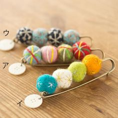 全てがハンドメイド。天然素材の素晴らしさと手作りの楽しさを伝えたいという思いを フェルトやクラフトボタン、アンティークのビーズをつかった可愛いアクセサリーや雑貨にしてお届けしています。 Fabric Brooch, Felt Brooch, Felt Fabric, Felt Diy, Handmade Felt, Felt Crafts, Safety Pin Jewelry, Japan Crafts, Diy Buttons