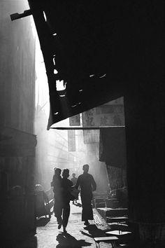 Fan Ho lors de ces pérégrinations dans la ville de HK pendant les années 50 à 60 a pris des photos de sa ville. Elle sont présenté ici sur son site ici Sa série « Hong Kong Yesterday» nous emmène dans le passé avec de belles lumières et un beau contraste.