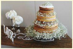 Naked cake com flores verde e brancas
