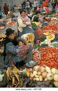 Chola women at market in La Paz Bolivia - Stock Image