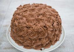 Sjokoladekake med bringebærmousse – Let's Bake Raspberry Mousse, Chocolate Raspberry Cake, Chocolate Butter, Chocolate Cake, Sweet Recipes, Cake Recipes, Norwegian Food, Bread And Pastries, Cake Boss