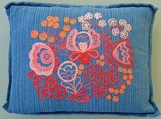 """Kudde """"Floda"""" komponerat av Anna Hådell. Mönster i form av blommor, bladrankor och rundlar."""