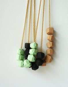 Collaret de peces de fusta tallades / Geometric Faceted Wood Bead Necklace