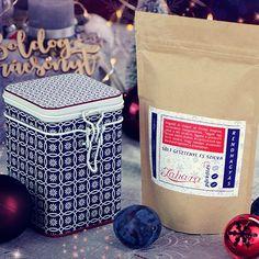 Papírzacskó helyett fogyaszd most a csészédbe töltve a sült gesztenyét! A limitált kiadású Zahara RENDHAGYÁS szilvás-sült gesztenyés ízesítésű karácsonyi kávéhoz most tárolódobozt is kérhetsz ami segít tovább megőrizni a telt ízvilágot.   100% arabica kávét tartalmaz Közép- és Dél-Amerikából.  Keresd Karácsonyi ajándék ötleteink között a webshopban! Link a BIO-ban!  #amiértérdemesfelkelned #igykavezom #karácsonyikávé #sültgesztenye #karácsonyihangulat #karácsonyiajándék #gasztroajándék… Canning, Home Canning, Conservation
