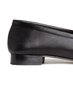 Zwart. PREMIUM QUALITY. Leren penny loafers met een mocassinnaad voor, een vast riempje over de wreef, een voering en een binnenzool van leer en een