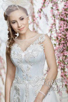 44- rövid tüll szoknyával készült csipkés esküvői ruha  tüll vállrésszel. Alkalmi ruha polgári szertartásra ekrü színben, hófehérben is készülhet. Bride, Wedding Dresses, Fashion, Wedding Bride, Bride Dresses, Moda, Bridal Gowns, Bridal, Fashion Styles