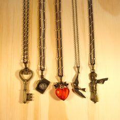 Chave, Câmera, Coração, Pássaro e Pequeno Príncipe são colares na www.lacosdefilo.com