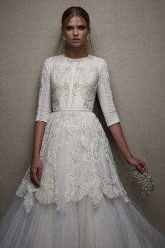 Precioso vestido de #novia con detalles en el cuerpo y en la mitad de la falda de #pedrería. #inspiración