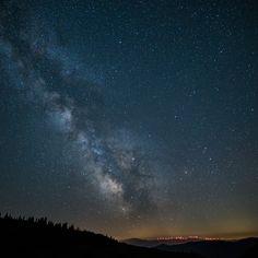 Wow was für eine Aufnahme unser Milchstraße aufgenommen von @thomas_bredenfeld. Wie man Sterne fotografiiert und andere Programmpunkte zum Thema Landschaftsfotografie haben wir heute im Blog vorgestellt. Viel Spaß beim schmökern :-)  #pa17at #programm Northern Lights, Adventure, Nature, Blog, Travel, Scenery Photography, Stars, Voyage, Aurora