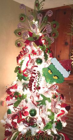 Gorgeous and Creative Christmas Tree Decorating Ideas You'll Love Grinch Weihnachtsbaum Grinch Christmas Decorations, Grinch Christmas Party, Grinch Party, Creative Christmas Trees, Office Christmas, Christmas Themes, Christmas Holidays, White Christmas, Themed Christmas Trees