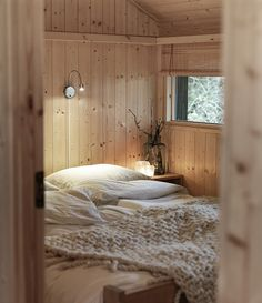 Scandinavian Bedroom Design Scandinavian style is one of the most popular styles of interior design. Although it will work in any room, especially well . Villa Design, House Design, Interior And Exterior, Interior Design, Scandinavian Bedroom, Nordic Bedroom, Cabins And Cottages, Log Cabins, Cozy Cabin