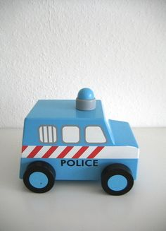 www.mamikreisel.de - Polizeiauto aus Holz - mamikreisel.de