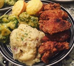 It's Sunday Dinner = Fried chicken, mashed potatoes & gravy, cheese broccoli & corn muffins ; Food Goals, Food Cravings, The Best, Food To Make, Food Porn, Cooking Recipes, Yummy Food, Corn Muffins, Foodies