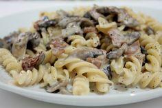 I fusilli con funghi, speck e salsa al brie sono un primo piatto dal sapore deciso ed intenso, con ingredienti che si fondono alla perfezione. Ecco la ricetta