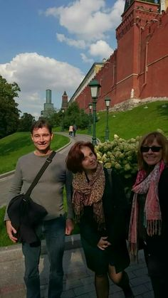 #Moscow On our #Kremlin tour with a private guide Dasha and Australian #tourists. The architectural ensemble of the Moscow Kremlin is included in the #UNESCO World Heritage List. https://friendlylocalguides.com/moscow/tours/kremlin-tour-moscow #friendlylocalguides #moscowtours #moscowtourism #moscowkremlin #moscowguide #moscowtravel #traveltorussia #kremlintour #moscowtours