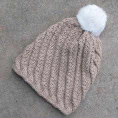 Kit bonnet alpaga torsadé sable. Vous avez envie d'un beau bonnet bien chaud et tout doux et vous de trouvez pas de belle laine ? Craquez pour notre kit bonnet en 100% baby alpaga ! A agrémenter d'un beau pompon en fourrure.
