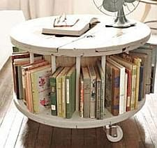 - Grote ronde houten tafel ...
