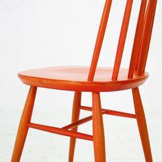 Wir lieben diesen Stuhl einfach. Er ist schön. Und orange! Und man kann die Maserung sehen.  Mit Sicherheit ist der Entwurf inspiriert von den Arbeiten unseres Lieblingsfinnen Yrjö Ilmari...