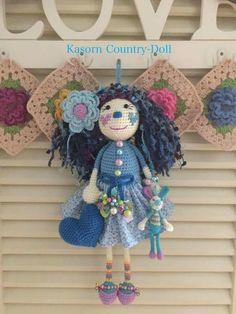 Kasorn Country Doll Knitted Dolls, Crochet Dolls, Crochet Hats, Beautiful Crochet, Amigurumi Doll, Crochet Projects, Arts And Crafts, Handmade Dolls, Christmas Ornaments
