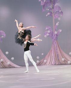 Rudolf Noureev danse le Pas de deux du Corsaire avec Margot Fonteyn et le Royal Ballet.