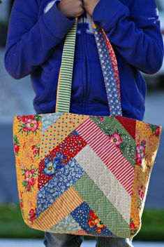 Create a Pretty Bag in Your Favorite Colors - Quilting Digest Create a Pretty B. Create a Pretty Bag in Your Favorite Colors – Quilting Digest Create a Pretty Bag in Your Favori Quilted Tote Bags, Patchwork Bags, Bag Patterns To Sew, Tote Pattern, Sewing Patterns, Bag Quilt, Types Of Handbags, Diy Bags Purses, Simple Bags