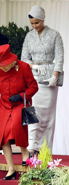 Sheikha Mozah of Qatar outside of BuckinghamPalace with the #Queen