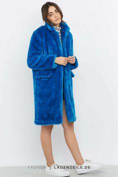 Jacke aus kunstfell in blau von Urban Outfitters auf LadenZeile → http://www.ladenzeile.de/detail/591760757/