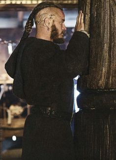 good picture of Ragnar with his head tattoo.