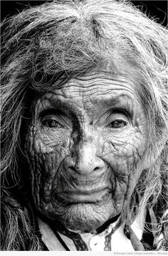 portrait - old woman Old Faces, Many Faces, Interesting Faces, People Around The World, Belle Photo, Old Women, Black And White Photography, Beautiful People, Portrait Photography