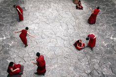 Οι μοναχοί συζητούν κάθε απόγευμα, στον ναό Jokhang στη Λάσα του Θιβέτ.  ©Pascal Mannaerts