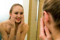 Skuteczny sposób na usunięcie wieczornego makijażu:  *** Krok 1 - Zwilż dłonie wodą  Krok 2 - Nanieś na dłonie niewielką ilość żelu kolagenowego do mycia  Krok 3 - Delikatnie rozmasuj żel na skórze twarzy  Krok 4 - Obficie spłucz wodą  Krok 5 - Ciesz się zdrową, czystą i zadbaną skórą  ***  Modelka: Swietłana Karol - https://www.facebook.com/SwietlanaKarolPhotomodel  Stylizacja/MakeUp - Paulina Michalska - Studio 21 - Warszawa