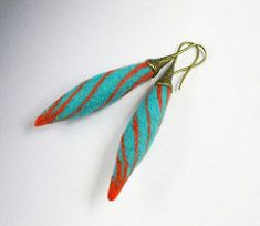 Wet felted earrings - FIBER ARTS - Got these really nice findings. Needle Felted, Wet Felting, Felted Wool Crafts, Felt Crafts, Textile Jewelry, Fabric Jewelry, Jewelry Crafts, Jewelry Art, Unique Jewelry