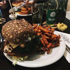 Today's food. I tried a vegan burger with sweet potatoes - my favorite ones! ���� #vegan veganeats #spaceburger #düsseldorf #burgers #sweetpotatoe #sunny #summer #happy #blogger ##food #instafood #delish #animallovers #followme #needhelpforstarting #help