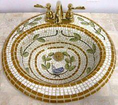 Lavabo pequeño de azulejos en dorado