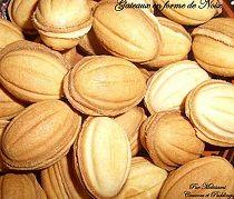 Djouza au caramel →Temps de cuisson : 15mnOrigine : Algérie//Pour la pâte :  500 g de farine  250 g de beurre  4 oeufs  4 grandes cuillères de sucre semoule, ou un verre de sucre glace  1 sachet de levure  1 pincée de sel  Pour la garniture :  Une boite de lait concentré sucré  125 grammes de noix ou d'amandes  Ou bien, crème de speculoos, ou nutella...   Dans un récipient creux, verser la farine, le sucre, le sel, la levure et le beurre coupé en petits morceaux. Mélanger