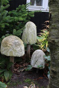 Mrs. Pedersen's garden: DIY Concrete toadstools.