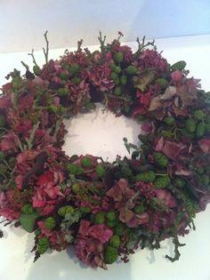 super flot efterårs krans Happy Halloween, Christmas Ornament Wreath, Winter Table, Flower Festival, Backyard Projects, Holiday Wreaths, How To Make Wreaths, Winter Christmas, Fall Decor