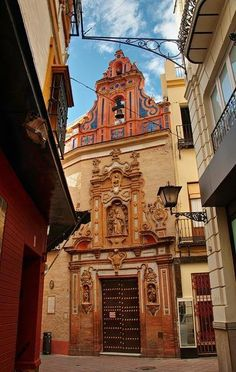 Las iglesias de Sevilla, frecuentes y variadas, uno de sus grandes atractivos turísticos.