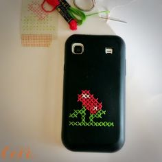 Funda de móvil decorada con punto de cruz | VotaDIY Cross Stitch, Diy, Phone Cases, Iphone, Creative Things, Embroidery, Blog, Cape Clothing, Mobile Cases