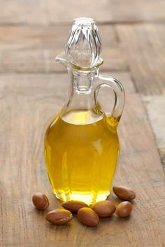 Top Argan Oil Benefits for Skin & Hair People also ask Is argan oil good for hair growth? Is it okay to put argan oil on your face? Is argan oil dangerous? Does argan oil help with wrinkles? Diy Moisturizer, Natural Moisturizer, Natural Hair Regimen, Natural Hair Care, Natural Makeup, Best Hair Oil, Low Porosity Hair Products, Hair Fixing, Hydrate Hair